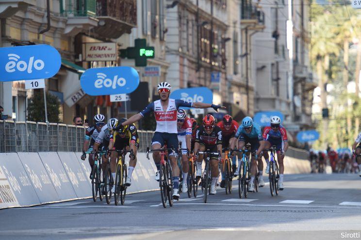 Stuyven klopt Van Aert en wint Milaan-Sanremo na razend spannende finale