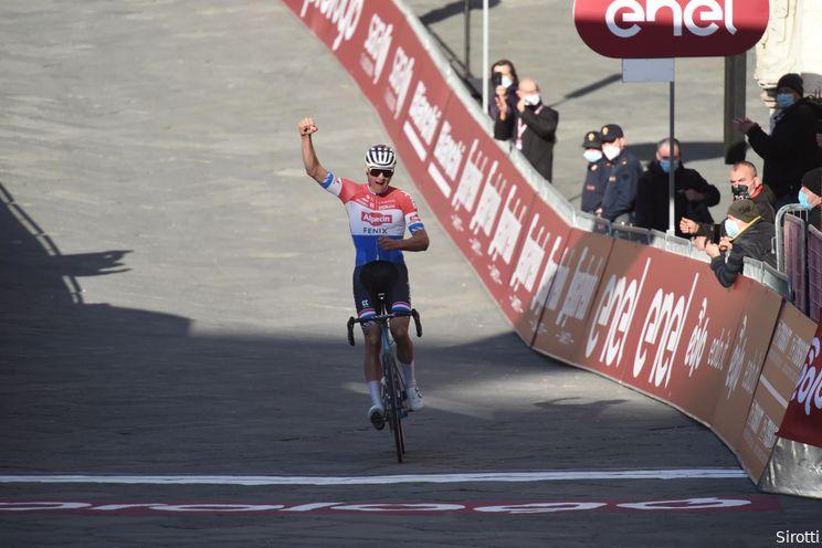 Van der Poel wint Strade Bianche na ultieme clash met Alaphilippe en Bernal