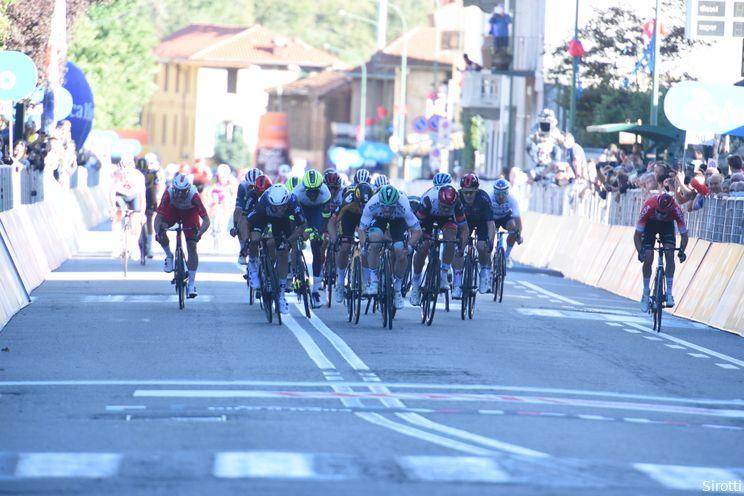 Matthew Walls klopt Nizzolo en gevallen Kooij in sprintfestijn Gran Piemonte
