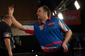 VIDEO: Edgar assesses whether professional dart players can play with both hands