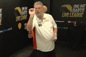 VIDEO: 65-jarige Martin Adams gooit negendarter in Online Darts League