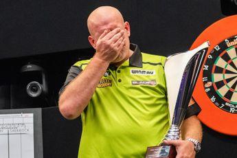 (VIDEO) Van Gerwen barst in tranen uit na winnen eerste titel van het seizoen: 'Er lag enorm veel druk op mijn schouders'