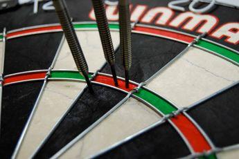 Clark houdt Thornton nipt af van poulewinst in Online Darts League