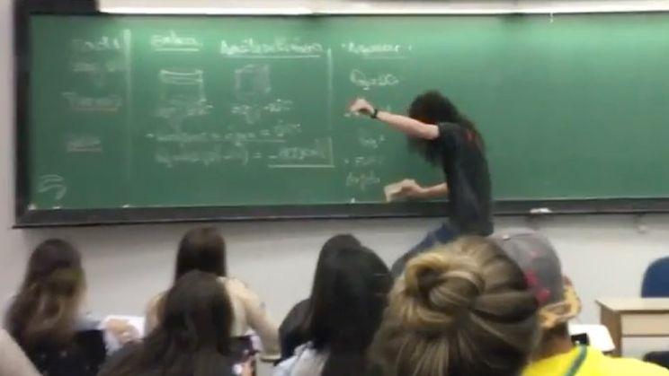 Metalhead leerkracht maakt schoolbord wissen tot iets cools