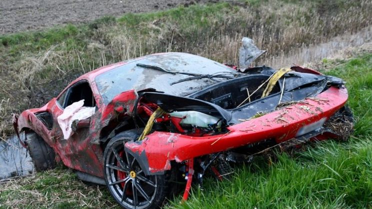 Ferrari 488van de weg en via een boom in de Zeeuwse sloot nabij Cadzand