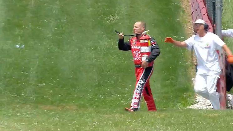 Boze coureur leent brandblusser van marshal om ruzie te beslechten