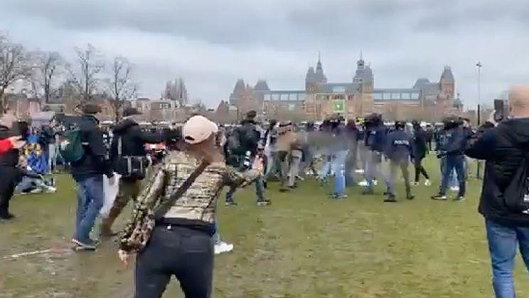 Gekkie spuit met pepperspray in het rond op Museumplein