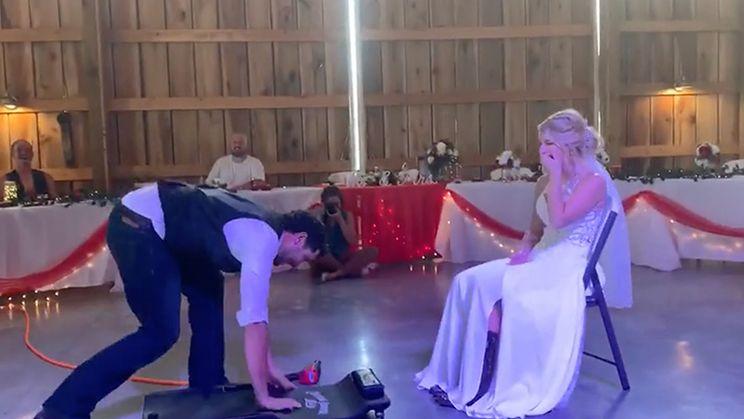Pas getrouwde monteur doet laatste check voor de huwelijksnacht