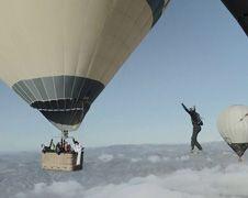 Koorddansen tussen twee heteluchtballonnen
