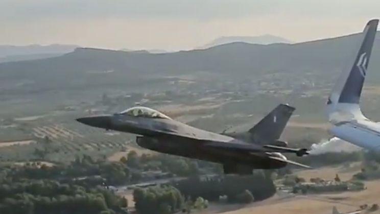 F-16 straaljager laat zich even zien aan passagiers in Airbus A320