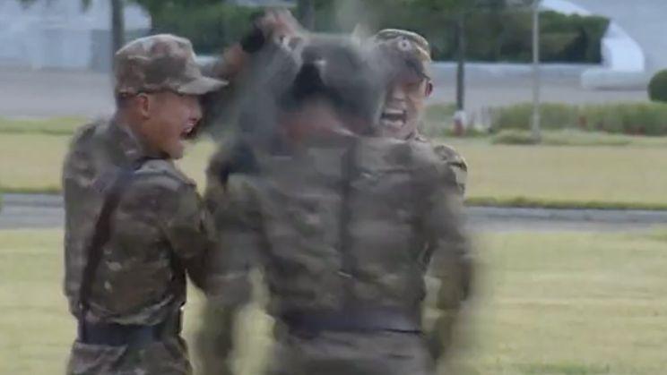 Noord-Koreaanse soldaten doen bizarre demonstratie voor Kim Jong-un