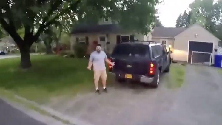 Gast op crosser tikt bestuurder die hem zou hebben afgesneden vakkundig tegen de grond