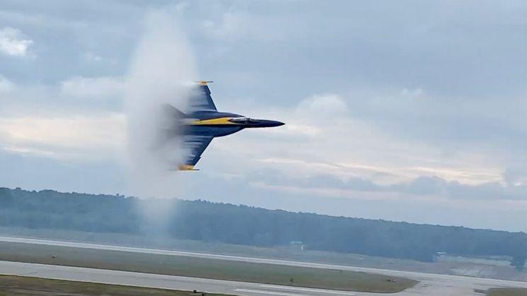 Blue Angel scheert heel laag voorbij tijdens Maine Airshow