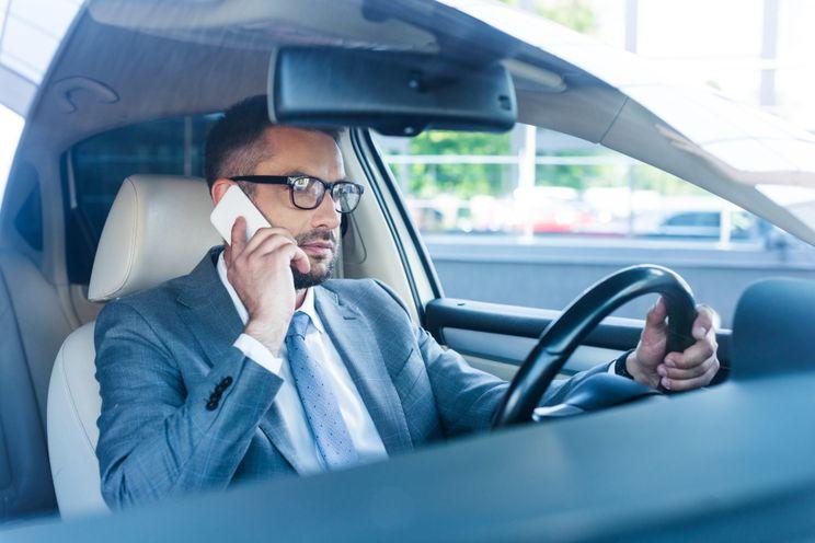 Automobilist met smartphone op schoot hoeft bekeuring niet te betalen