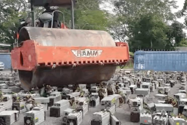 Politie Maleisië vernietigt 1.069 Bitcoin mining rigs met stoomwals