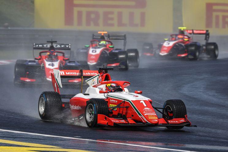 Onderweg naar F1 | Het talent van Leclerc en Hauger komt bovendrijven in de regen